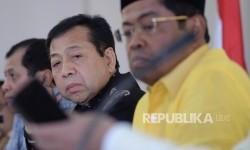 Ketua Umum Partai Golkar Setya Novanto (tengah) didampingi Sekjen Partai Golkar Idrus Marham (kanan) dan Ketua Harian Partai Golkar Nurdin Halid, dalam suatu keterangan pers di Kantor DPP Partai Golkar, Jakarta.