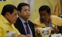 Ketua Umum Partai Golkar Setya Novanto (tengah), Ketua Harian DPP Partai Golkar Nurdin Halid (kiri), dan Sekretaris Jenderal Partai Golkar Idrus Marham memimpin rapat pleno di ruang rapat utama gedung DPP Partai Golkar, Jakarta, Selasa (18/7).