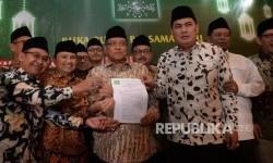 Ketua Umum Pengurus Besar Nahdlatul Ulama (PBNU) KH Said Aqil Siroj (tengah) bersama pengurus PBNU menunjukkan surat penolakan tentang kebijakan Full Day School (Ilustrasi)
