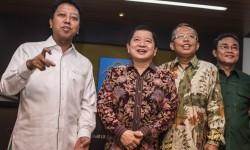Ketua Umum PPP Romahurmuziy (kiri) bersama Ketua Majelis Pertimbangan PPP Suharso Manoarfa (kedua kiri), Sekjen PPP Arsul Sani (kedua kanan) dan Ketua DPP PPP Rahman Yaqub (kanan) memberikan keterangan kepada wartawan seusai menemui Menteri Hukum dan HAM d
