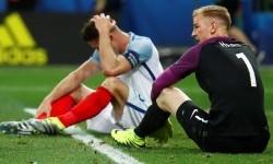 Kiper Inggris Joe Hart (kanan) dan bek Gary Cahill menyesali kekalahan lawan Islandia pada babak 16 besar Piala Eropa 2016.