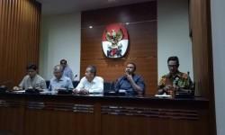 Komisi Pemberantasan Korupsi dalam konferensi pers OTT KPK di BPK dan pejabat Kemendes, Sabtu (27/5).