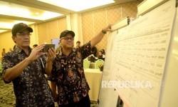 Komisioner KPU RI Arief Budiman (kanan) dan Hadar Nafis Gumay saat memantau rapat pleno rekapitulasi hasil perhitungan suara Pilkada DKI Jakarta 2017 tingkat kota administrasi Jakarta Timur, Jumat (24/2).