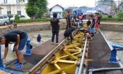 Komunitas pecinta kereta mencuci turtable kereta yang umurnya sudah 100 tahun di Dipo Jatinegara, Ahad (29/5).