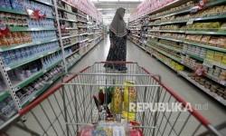 Konsumen berbelanja kebutuhan rumah tangga di Carrefour.