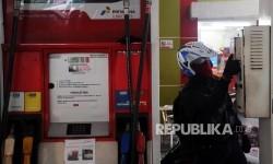 Konsumen sedang mengambil struk pembelian bensin di Pertamina Retail, Jakarta. ilustrasi
