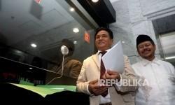 Koordinator Tim Pembela HTI Yusril Ihza Mahendra bersama Jubir HTI Ismail Yusnanto melakukan pendaftaran permohonan uji materi atas Perppu No 2 tahun 2017 tentang organisasi kemasyarakataan di gedung Mahkamah Konstitusi, Jakarta, Selasa (18/7).