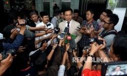 Koordinator Tim Pembela HTI Yusril Ihza Mahendra bersama Jubir HTI Ismail Yusnanto menjawab pertanyaan wartawan usai pendaftaran permohonan uji materi atas Perppu No 2 tahun 2017 tentang organisasi kemasyarakataan di gedung Mahkamah Konstitusi, Jakarta, Selasa (18/7).