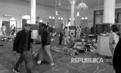 Bloodied victims and bodies covered in blankets inside the Al Rawdah mosque in Bir al-Abed, west of El Arish, the main city in North Sinai.