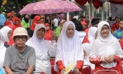 Lansia mengikuti Lansia Peduli NKRI, NKRI Peduli Lansia di kawasan Monas, Jakarta, Ahad (13/8).
