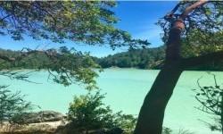 Lembah air asin Sooke yang berubah warna jadi biru kehijauan karena efek mekarnya ganggang.