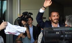 Leonardo Bonucci melambaikan tangan kepada fan saat keluar dari kantor AC Milan, di Milan, Italia, Jumat (14/7).