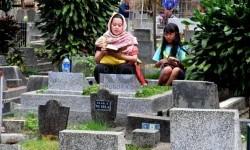 Warga mengunjungi makam keluarganya di tempat pemakaman umum (TPU) Sirnaraga, Kota Bandung, Jumat (27/6). (foto : Septianjar Muharam)