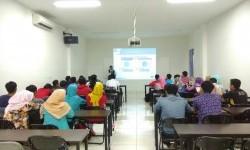 Mahasiswa AMIK BSI Karawang Kampus Cikampek mendapat pembekalan mengenai penggunaan media sosial secara bijak.