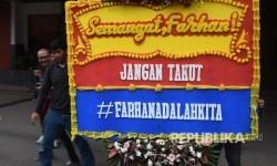 Mahasiswa membawa karangan bunga yang berisi dukungan kepada mahasiswa berkebutuhan khusus korban bullying berinisial MF di depan gedung rektorat Kampus Gunadarma, Depok, Jawa Barat, Senin (17/7).