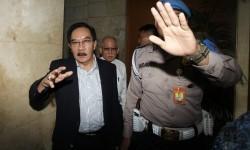 Mantan Ketua Komisi Pemberantasan Korupsi (KPK) Antasari Azhar (kiri) bersama Kuasa Hukum Antasari Azhar Harjadi Jahja (kanan) saat mendatangi Bareskrim Mabes Polri di Gedung KKP, Gambir, Jakarta, Selasa (14/2).