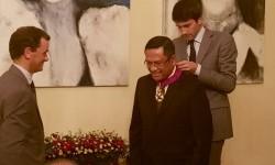 Mantan Menteri Perindustrian Saleh Husin menerima bintang jasa dari pemerintah Belgia, di Jakarta, Rabu (13/9).