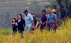 Mantan Presiden Amerika Serikat Barack Obama (keenam dari kiri) berjalan bersama keluarga saat berkunjung ke objek wisata Jatiluwih, Tabanan, Bali, Ahad (25/6).