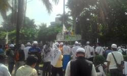 Massa pengawal sidang Ahok berkumpul di depan Kantor Kementan, Selasa (25/4)