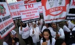 Massa yang tergabung dalam Aliansi TKI Menggungat melakukan aksi unjuk rasa di depan Istana Negara, Jakarta. (Ilustrasi)