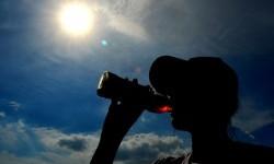 Matahari bersinar terik saat fenomena Equinox terlihat dari langit Kota Denpasar, Bali, Senin (21/3).