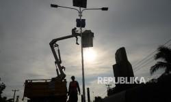 Mekanik memasang Alat Penerang Jalan Umum (APJU) tenaga surya di jalan Pantura, Subang, Jabar, Selasa (20/6).