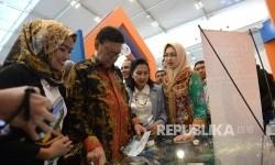 Mendagri Tjahjo Kumolo (kedua kiri) bersama Walikota Tangerang Selatan Airin Rachmi Diany meninjau stan usai pembukaan Indonesia Future City and REI Mega Expo 2017 di ICE BSD, Tangerang, Banten, Kamis (14/9).