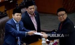 Mendagri Tjahjo Kumolo menyerahkan laporan pandangan pemerintah kepada Ketua DPR RI Setya Novanto saat Rapat Paripurna ke-32 masa persidangan V tahun sidang 2016-2017 di Kompleks Parlemen Senayan, Jakarta, Kamis (20/7).