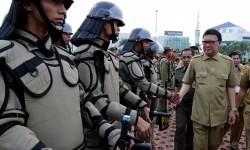 Mendagri Tjahjo Kumolo (kanan) menyalami peserta apel usai memimpin apel Camat dan Satuan Polisi Pamong Praja (Satpol PP) se-Indonesia di Batam, Kepulauan Riau, Jumat (18/9). (Ilustrasi)