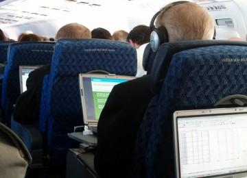 Menggunakan laptop di atas pesawat