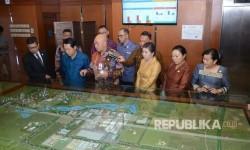 Menlu Republik Laos Saleumxay Kommasith (kedua dari kiri) didampingi Dirut PT Pupuk Kujang Cikampek Nugraha Budi Eka Irianto melihat maket pabrik Kujang di Cikampek, Karawang, Jumat (28/7).