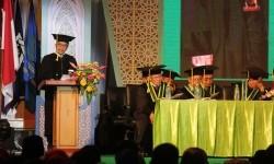 Menpora Imam Nahrawi (kiri) menyampaikan orasi ilmiah disela pengukuhan gelar Doktor Honoris Causa di Gedung Sport Center and Multipurpose UIN Sunan Ampel, Surabaya, Jawa Timur, Kamis (14/9).