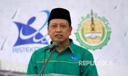 Menristekdikti Mohammad Nasir memberikan sambutan saat peletakan batu pertama pembangunan gedung baru Universitas Negeri Gorontalo (UNG) di Kabupaten Bone Bolango, Gorontalo, Kamis (20/7).
