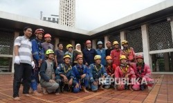 Menteri Agama Lukman Hakim Saifuddin berfoto dengan para relawan saat meninjau proses membersihkan Masjid Istiqlal, Jakarta, Ahad (19/2).