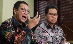 Menteri Agama Lukman Hakim Saifuddin (kiri) didampingi Dirjen Penyelenggara Haji dan Umroh Abdul Djamil (Republika/Darmawan)