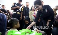 Menteri Kesehatan Nila F Moeloek berbincang bersama salah seorang penumpang yang memeriksakan diri saat meninjau posko kesehatan mudik lebaran di Stasiun Pasar Senen, Jakarta, Selasa (20/6).