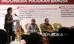 Menteri Keuangan RI Srimulyani Indrawati (kiri), disaksiksikan Pengusaha Nasional sekaligus Mantan Menko Perekonomian Chairul Tanjung ( Kanan), Ketum Kadin Indonesia Rosan Roeslani (kedua kanan), dan Ketum BPP Hipmi Bahlil Lahadalia (krdua kiri) saat hadir sebagai pembicara dalam Simposium Nasional di Jakarta, Senin (14/8).