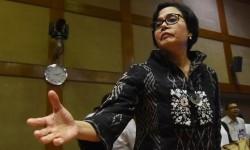 Menteri Keuangan Sri Mulyani bersiap meninggalkan ruangan usai mengikuti rapat kerja dengan Komisi XI DPR di Kompleks Parlemen, Senayan, Jakarta, Senin (4/9).