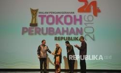 Menteri Kominfo Rudiantara memberikan piala kepada Pendiri Wardah Cosmetics Nurhayati Subakat saat malam anugerah Tokoh Perubahan Republika 2016 di Jakarta, Selasa (25/4).