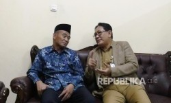Menteri Pendidikan dan Kebudayaan RI Muhadjir Effendy (kiri) berbincang dengan Kepala Dinas Pendidikan DKI Jakarta Sopan Andrianto saat mendatangi SMP Negeri 273 Jakarta, Selasa (17/7).