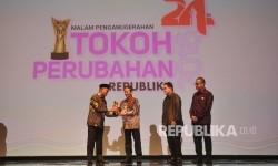 Menteri Pendidikan Muhadjir Effendy memberikan piala kepada Pendiri AMIKOM Prof. Suyanto saat malam anugerah Tokoh Perubahan Republika 2016 di Jakarta, Selasa (25/4).