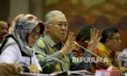 Menteri Perdagangan (Mendag) RI Enggartiasto Lukita (tengah) mengikuti rapat kerja dengan Komisi VI DPR di Kompleks Parlemen, Senayan, Jakarta, Senin ( 29/5).