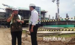 Menteri Perhubungan Budi Karya Sumadi (kanan) berbincang dengan Gubernur Jawa Barat saat meninjau pembangunan Bandara Internasional Jawa Barat (BIJB) Kertajati, Majalengka, Jumat (24/2).
