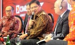 Menteri Perindustrian Airlangga Hartarto (tengah) menjadi pembicara dalam CIMB Niaga Economic Forum 2017 di Jakarta, kamis (26/1).