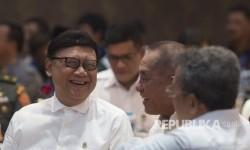 Menteri Pertahanan Ryamizard Ryacudu (kedua kanan) berbincang dengan Mendagri Tjahjo Kumolo sebelum rapat koordinasi dan pembekalan pada rektor/ketua/direktur perguruan tinggi dan koordinator kopertis dalam rangka pembinaan kesadaran bela negara pada kegiatan pengenalan kehidupan kampus bagi mahasiswa baru tahun ajaran 2017 di Kementerian Pertahanan, Jakarta, Rabu (26/7).