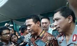 Menteri Pertanian Andi Amran Sulaiman memberikan keterangan kepada wartawan terkait kegiatan operasi pasar bawang putih di Pasar Induk Osowinangun, Surabaya, Jumat (19/5).