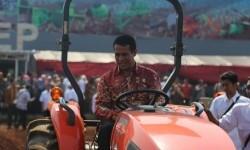 Menteri Pertanian, Andi Amran Sulaiman, saat peluncuran Inovasi Teknologi Mekanisasi Modern Hortikultura dan Pemberian Agroinovator Award di Balai Besar Pengembangan Mekanisasi Pertanian, Serpong, Kamis (24/8).
