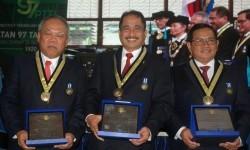 Menteri PUPR Mochamad Basuki Hadimuljono (kiri), Menteri Pariwisata Arief Yahya (tengah), Sekretaris Kabinet Indonesia Pramono Anun Wibowo (kanan) berfoto bersama usai menerima penghargaan dari Rektor ITB Kadarsah Suryadi pada Sidang Terbuka Peringatan 97 Tahun Pendidikan Tinggi Teknik Indonesia (PTTI) 1920-2017 di Kampus ITB, Bandung, Jawa Barat, Kamis (24/8).