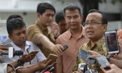 Menteri Sekretaris Negara (Mensesneg) Pratikno memberi keterangan pers menanggapi adanya dugaan motif lain atas pemberian grasi Antasari Azhar di kompleks Istana, Jakarta, Rabu (15/2).
