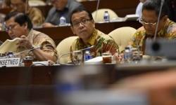 Menteri Sekretaris Negara Pratikno (tengah).